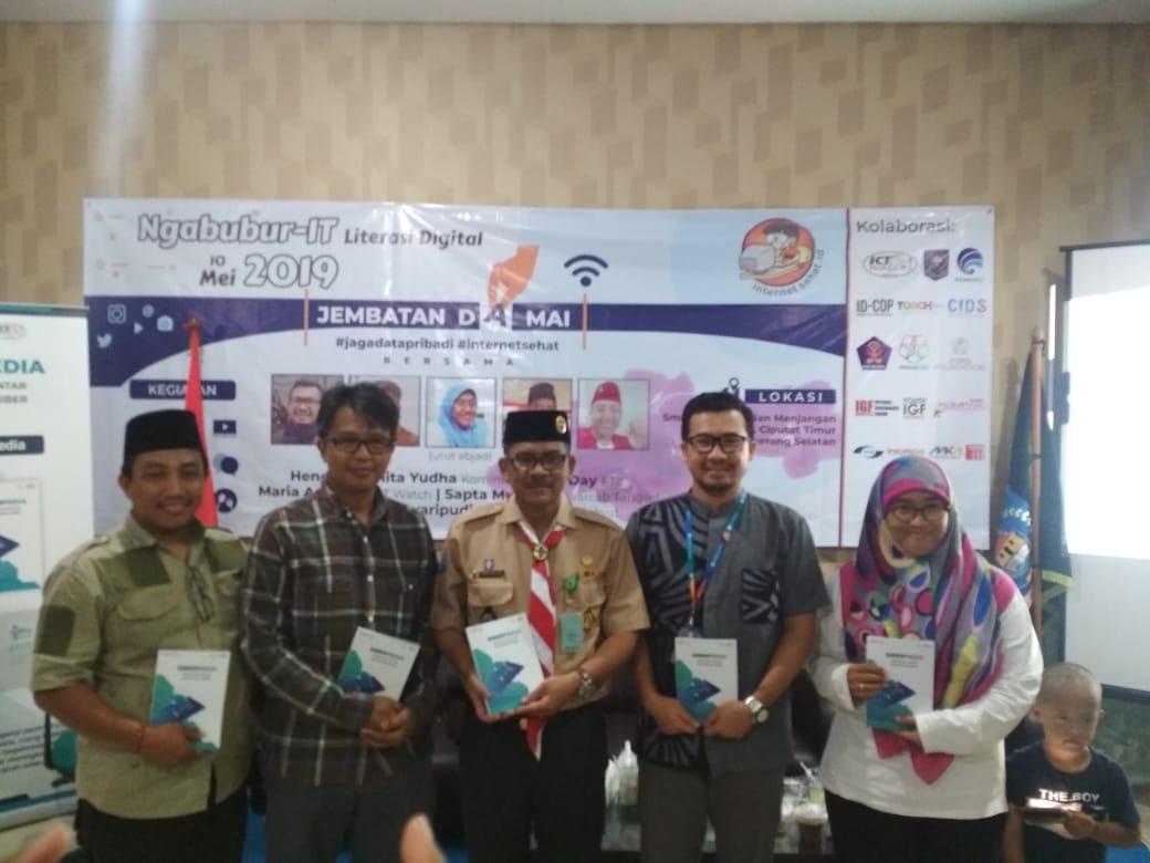 Kasubdit Tata Kelola Perlindungan Data Pribadi Hendri Sasmita Y (kedua dari kanan) foto bersama pada acara Ngabubur IT Jembatan Damai di Smart Village Tangerang Selatan