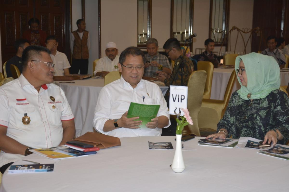 Menteri Kominfo Rudiantara (tengah) diskusi bersama Direktur TKAI Mariam F Barata (kanan)