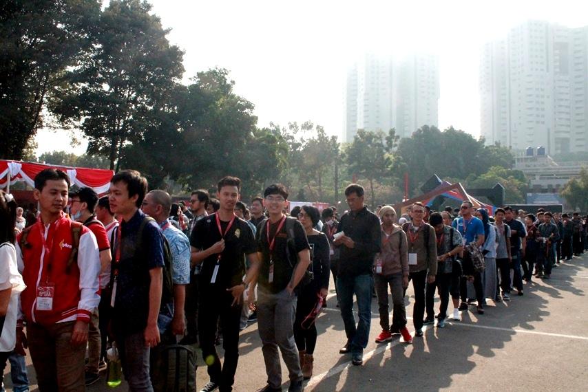 Para peserta Ignite The Nations berbaris mengantri untuk masuk venue acara