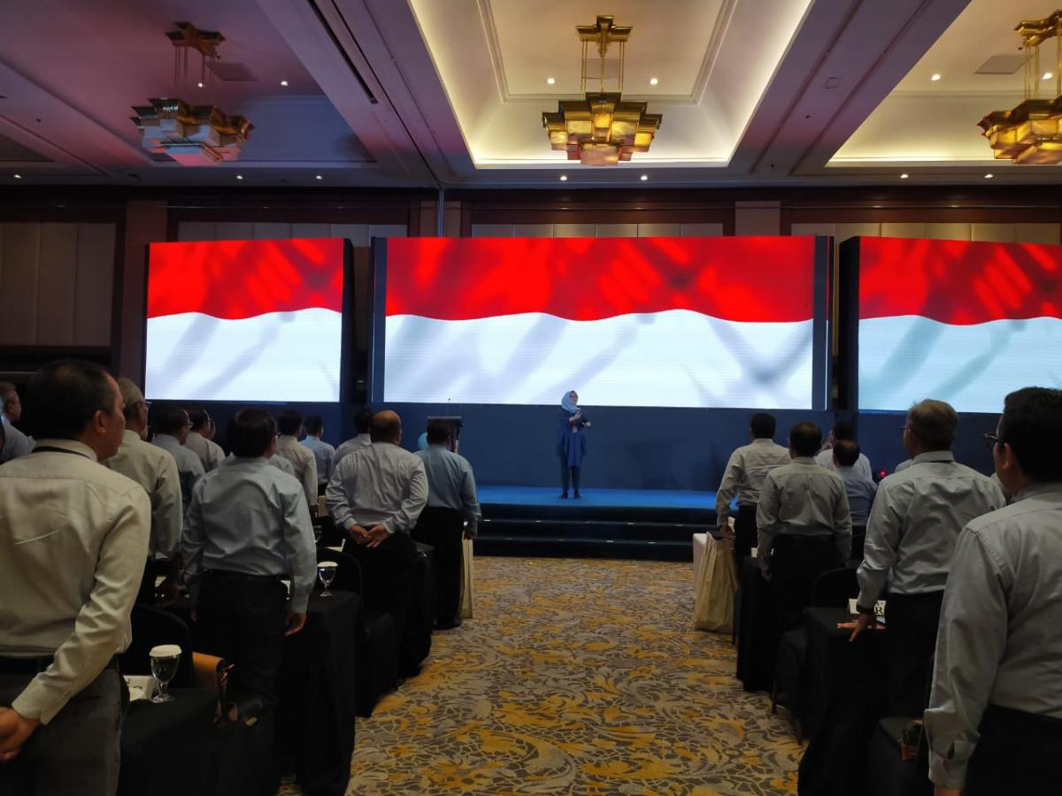 Para peserta Rapimnas menyanyikan lagu kebangsaan Indonesia Raya