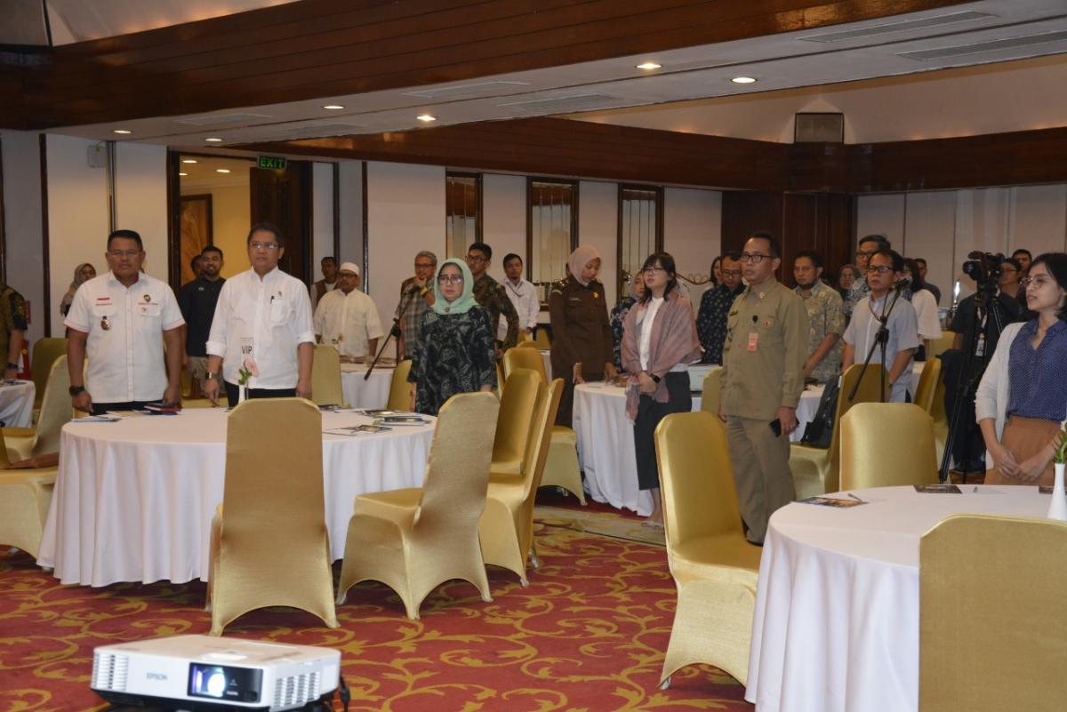 Para peserta  menyanyikan lagu kebsangsaan Indonesia Raya sebelum memulai acara