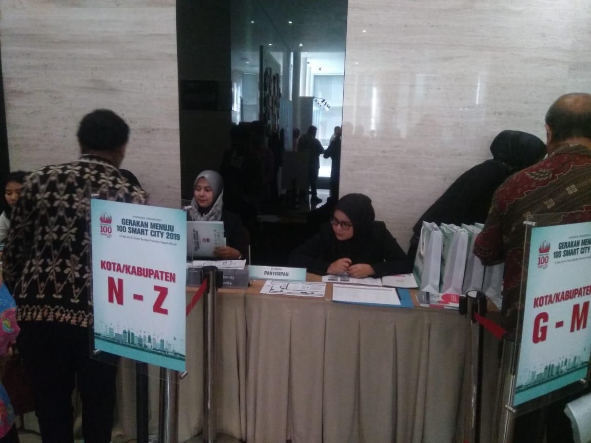 Para peserta melakukan registrasi
