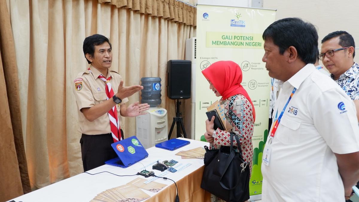 Plt. Direktur PI dan Perwakilan Dinas Kominfo Jateng sedang menerima penjelasan mengenai Saka Milenial