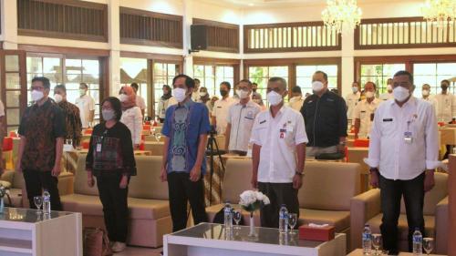 Menyanyikan lagu Indonesia Raya saat Bimtek Penyusunan Masterplan Smart City Kab. Karanganyar (1/9).