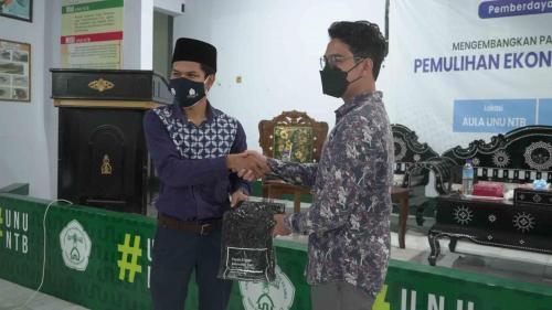 Narasumber Menerima Apresiasi dari Pandu Digital Kota Mataram, NTB.
