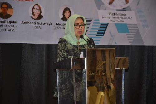 Direktur TKAI Mariam F Barata memberikan sambutan mengenai regulasi PDP