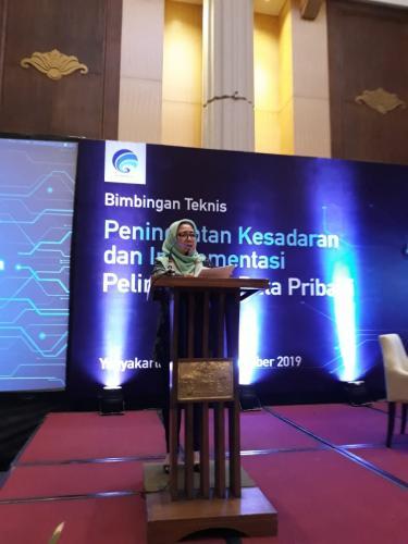 Direktur Tata Kelola Aptika, Mariam F Barata saat memberikan materi dalam Bimtek Peningkatan Kesadaran dan Implementasi Perlindungan Data Pribadi