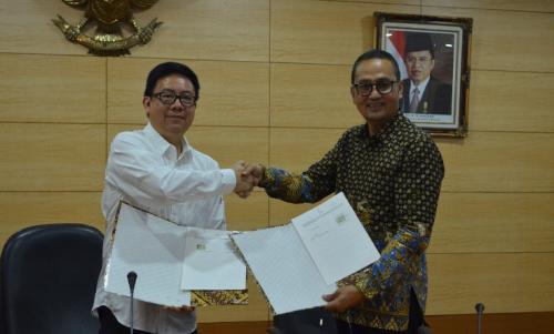 Dirjen Aptika Semuel AP dan Ketua Dewan Pers Yosep AP berfoto bersama menunjukan PKS yang baru saja di tanda tangani