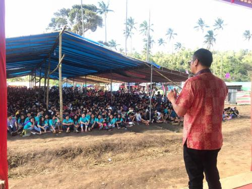 Dirjen Aptika Semuel Pangerapan memberikan materi kepada anak muda Manado di acara Perkemahan Kreatif Remaja Sinode GMM