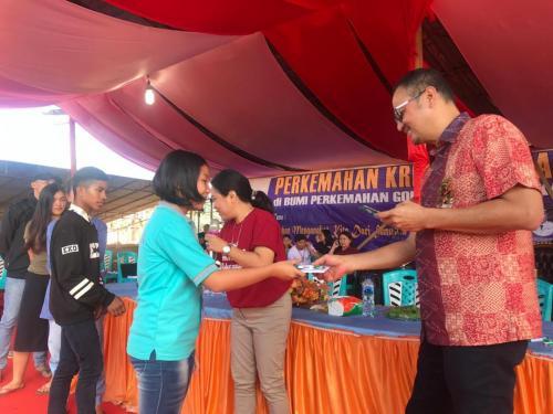 Dirjen Aptika Semuel Pangerapan memberikan souvenir kepada salah satu peserta (1)