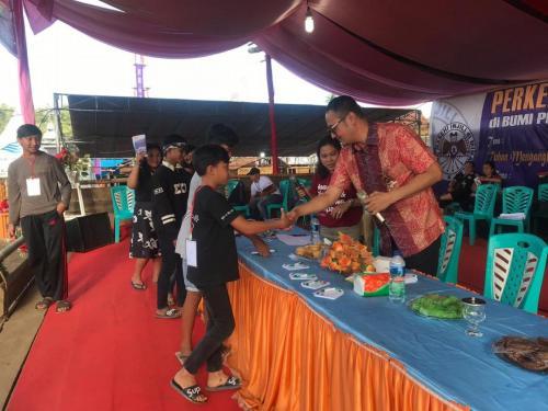 Dirjen Aptika Semuel Pangerapan memberikan souvenir kepada salah satu peserta (3)