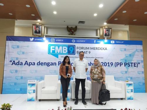 Dirjen Aptika berfoto bersama pembicara acara FMB 9 dengan tema Ada Apa dengan PP 71 Tahun 2019 (PP PSTE)