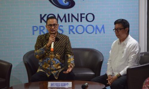 Dirjen Aptika dan Ketua Dewan Pers saat melakukan konferensi pers di ruang press conference Kominfo