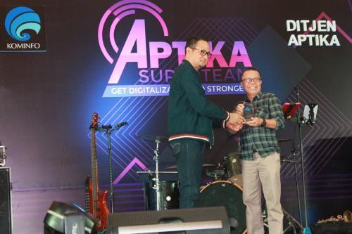 Dirjen Aptika memberikan penghargaan kepada satker pengisi konten website terbanyak.