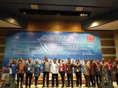 Foto bersama para pembicara dalam Dialog Nasional ID-IGF 2019