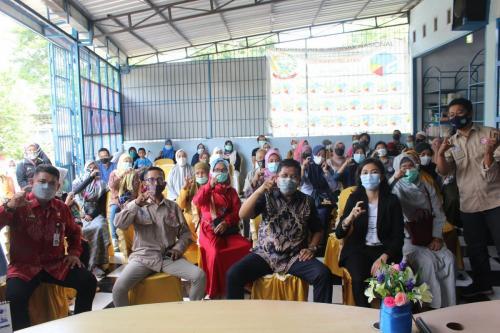 Kepala Dinas Komunikasi Informatika Statistik dan Persandian Provinsi Sulawesi Selatan bersama Pandu Digital dan peserta workshop (22/04).