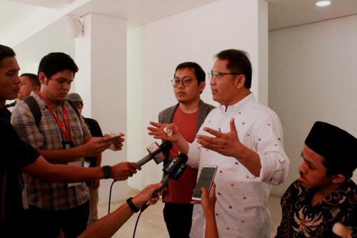 Menkominfo Rudiantara (tengah), CEO Bukalapak Ahmad Zaky (kiri), dan Anjas Pramono (kanan) saat interview dengan wartawan