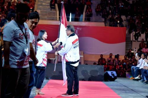 Menkominfo Rudiantara menyerahkan bendera kepada Kumpul sebagai simbol mandat pelaksanaan