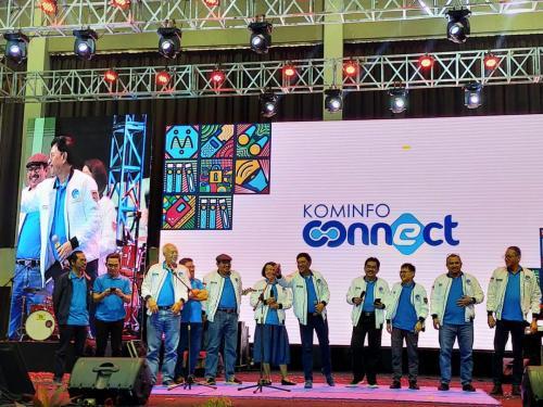 Menteri Johnny bersama jajaran pejabat eselon 1 di Kementerian Kominfo menghibur peserta dengan bernyanyi di atas panggung