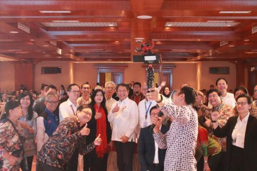 Menteri Kominfo Rudiantara berfoto bersama para peserta acara Sarasehan Nasional dengan Tema Penanganan Konten Asusila di Dunia Maya