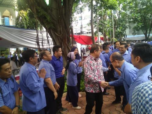 Menteri Kominfo Rudiantara bersalaman dengan para pegawai di Lingkungan Kominfo (1)