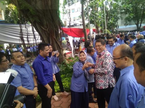 Menteri Kominfo Rudiantara bersalaman dengan para pegawai di Lingkungan Kominfo (2)