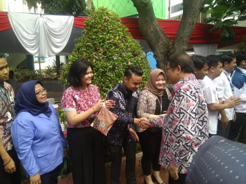 Menteri Kominfo Rudiantara bersalaman dengan para pegawai di Lingkungan Kominfo (3)