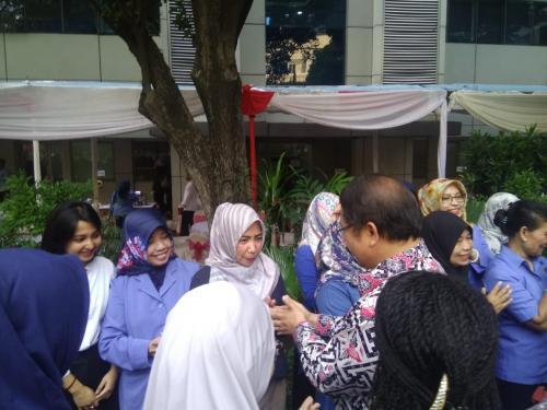 Menteri Kominfo Rudiantara bersalaman dengan para pegawai di Lingkungan Kominfo (4)
