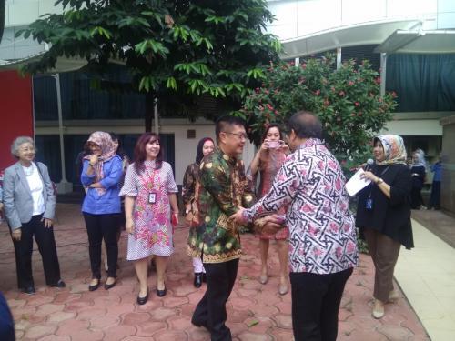 Menteri Kominfo Rudiantara bersalaman dengan para pegawai di Lingkungan Kominfo (5)