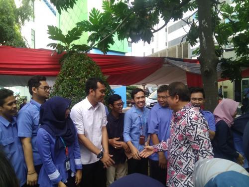 Menteri Kominfo Rudiantara bersalaman dengan para pegawai di Lingkungan Kominfo (6)
