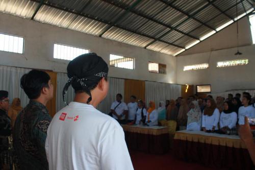 Menyanyikan lagu Indonesia Raya sebelum memulai acara