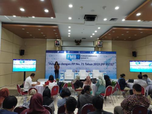 Moderator membuka acara FMB 9 dengan tema Ada Apa dengan PP 71 Tahun 2019 (PP PSTE)