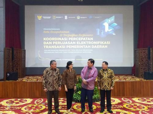Para Menteri berfoto bersama setelah acara Penandatanganan Nota Kesepahaman tentang Koordinasi Percepatan dan Perluasan Elektronifikasi Transaksi Pemerintah Daerah dalam Rangka Mendukung Tata Kelola Keuangan, Keuanga