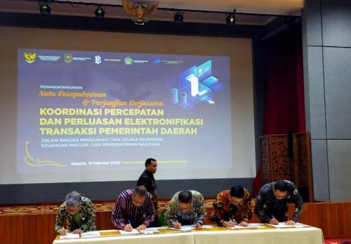Para Menteri menandatangani Nota Kesepahaman tentang Koordinasi Percepatan dan Perluasan Elektronifikasi Transaksi Pemerintah Daerah dalam Rangka Mendukung Tata Kelola Keuangan, Keuangan Inklusif dan Perekonomian Nasional