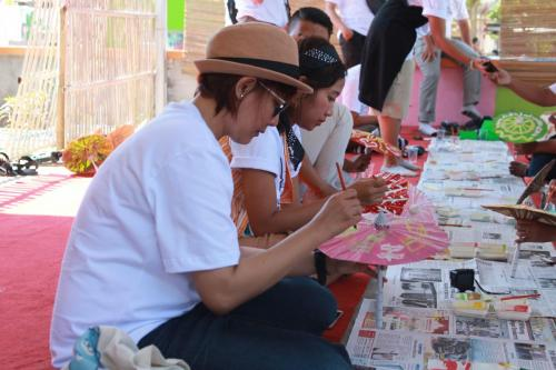 Para blogger mencoba melukis payung hias (2)