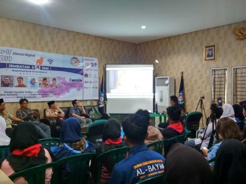 Para narasumber dan peserta acara Ngabubur IT sedang Nonton bareng tentang Ancaman Jejak Digital