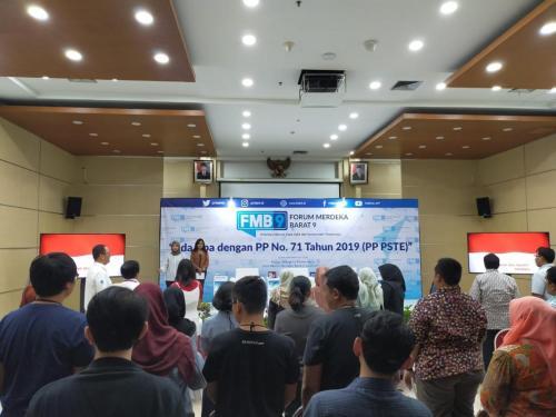 Para pembicara dan peserta bersama-sama menyanyikan lagu  kebangsaan Indonesia Raya