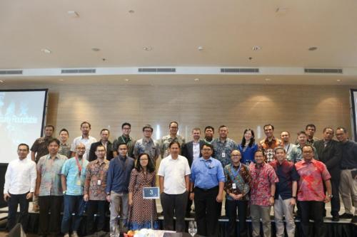 Para peserta ICT Sector Cyber Security Roundtable melakukan foto bersama diakhir acara