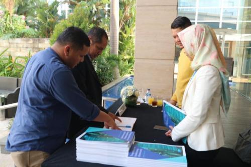 Para peserta ICT Sector Cyber Security Roundtable melakukan registrasi (1)