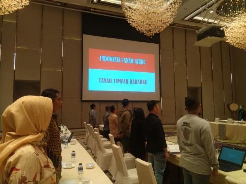 Para peserta Rapat Koordinasi Pengumpulan Data dan Informasi terkait Terorisme di Kalangan Penyedia Jasa Layanan Masyarakat Berbasis Teknologi menyanyikan lagu kebangsaan Indonesia Raya