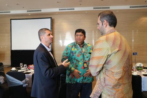 Para peserta berbincang sebelum acara ICT Sector Cyber Security Roundtable dimulai