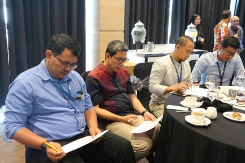 Para peserta mengisi lembar pertanyaan yang diberikan pemateri