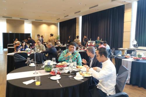 Para peserta menikmati breakfast sebelum memulai acara ICT Sector Cyber Security Roundtable (1)