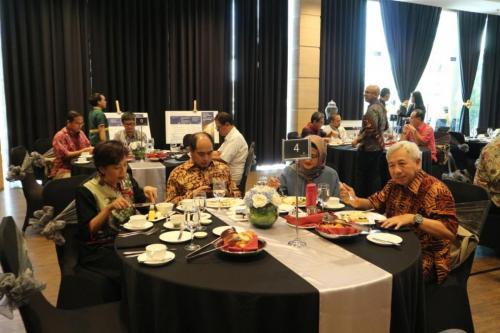 Para peserta menikmati breakfast sebelum memulai acara ICT Sector Cyber Security Roundtable (2)