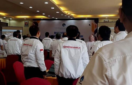 Para peserta menyanyikan lagu Indonesia Raya sebelum memulai acara Rapat Kerja Kominfo 2020 di Labuan Bajo.