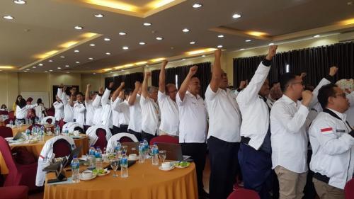 Para peserta rapat kerja meregangkan otot dengan fun games