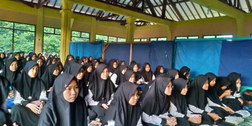 Para santriwari dari Pondok Pesantren Darut Tafsir (2)