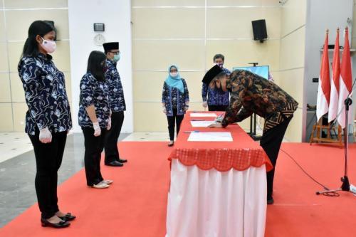 Penandatanganan  Berita Acara oleh Dirjen Semuel (Foto: AYH/Humas Kemkominfo)