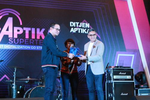 Penyerahan tanda penghargaan keada pemateri di acara Pembinaan Pegawai Ditjen Aptika 2019.