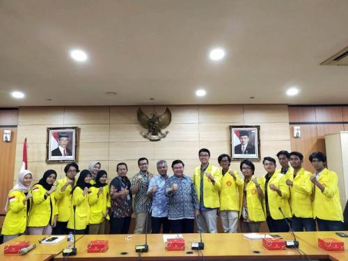 Sesditjen Aptika, Sadjan (tengah), berfoto bersama para mahasiswa Fisip UI di gedung Kominfo Jakarta (210)